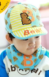 หมวกแก๊ปเด็กลายรูปหมีมาพร้อมผ้ากันเปื้อนเข้าชุดกัน