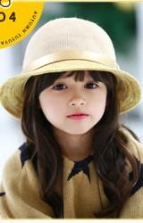 หมวกเด็กหญิงสีเบจคาดสายเข็มขัด