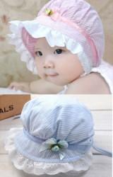 หมวกเด็กหญิงลายทางแต่งระบายลูกไม้ขาวรอบปีกหมวก