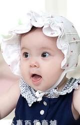 หมวกเด็กหญิงลายดอกไม้เล็กๆ ด้านหน้าแต่งโบว์น่ารัก
