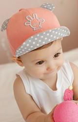 หมวกแก๊ปเด็กแต่งหูและปีกหมวกลายจุด ด้านหน้าปักรูปมือ