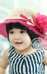 หมวถักตัวหมวกสีครีมตัดด้วยปีกหมวกสีสันสดใส แต่งดอกไม้สวยๆ