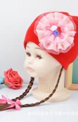 หมวกเด็กหญิงมีผมเปียยาว  หน้าหมวกแต่งดอกไม้ระบาย
