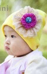 หมวกถักแต่งดอกไม้ไหมพรมสีชมพูเข้มระบายด้วยลูกไม้สีครีม