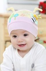 หมวกเด็กเล็กแต่งรูปต้นไม้และผึ้ง ด้านบนมีหนวดเล็กๆ