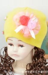 หมวกเด็กหญิงปอยผมยาวประบ่า  แต่งดอกกุหลาบคู่