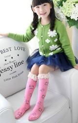 ถุงเท้าเด็กแบบยาว ลายดอกแต่งระบายลูกไม้สีครีม