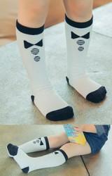 ถุงเท้าเด็กแบบยาวสีขาวลายโบว์ดำ ไม่มีกันลื่น