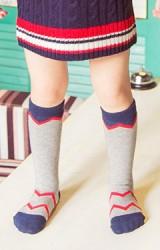 ถุงเท้าเด็กแบบยาวทอลายหยัก สไตล์เรียบๆ แต่เท่
