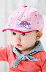 หมวกแฟล็ตแค็ปเด็กลายจุด ด้านหน้าปักลายเมฆและรุ้ง จาก GZMM