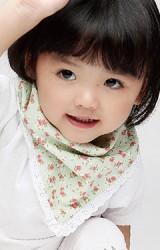 ผ้ากันเปื้อนเด็กลายดอก แพ็ค  2 สี แต่งขอบผ้าฉลุสีขาว