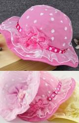 หมวกสาวน้อยชั้นนอกและระบายเป็นผ้าตาขายลายหัวใจและดอกไม้