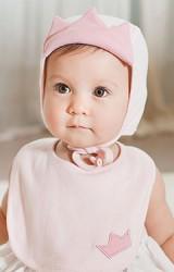เซ็ตหมวกเด็กเล็กมาพร้อมผ้ากันเปื้อน ด้านหน้าหมวกพับขึ้นเป็นมงกุฎ