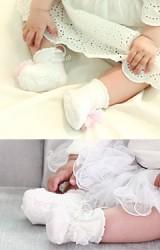 ถุงเท้าสาวน้อยสีขาวแต่งดอกไม้หวาน มีกันลื่น