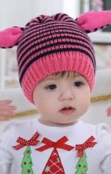 หมวถักไหมพรมลายขวางแต่งหูสีชมพู