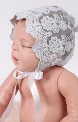 หมวกเด็กเล็กผ้าลูกไม้ ด้านหน้าเป็นเชิงระบาย พร้อมโบว์ผูกใต้คาง