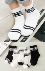 ถุงเท้าเด็กแบบสั้นแพ็ค 5 คู่ โทนขาว-ดำ ลายอักษร LONDON และ NEWYORK