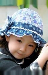หมวกสาวน้อยลายดอก ปีกหมวกระบายสีเข้ม แต่งดอกไม้