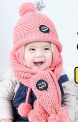 เซ็ตหมวกไหมพรมแต่งอักษร toy hello มาพร้อมผ้าพันคอสีชมพู
