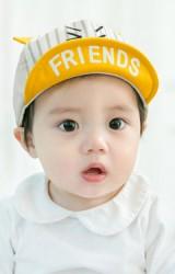 หมวกแก๊ปเด็กใต้หมวกสกรีนอักษร FRIENDS ตัวหมวกด้านหน้าลาย
