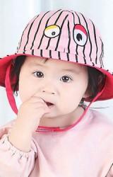 หมวกเด็กปีกรอบลายทาง ปักตาโต จาก TIANYI BEAR