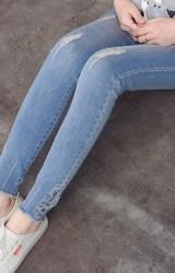 กางเกงยีนส์คลุมท้องขายาว ปลายขารุ่ยแต่งกระดุมหลอกเล็กๆ