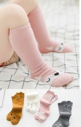ถุงเท้าเด็กแบบยาวลายสัตว์น่ารักที่ด้านหน้าและใกล้ขอบด้านหลัง