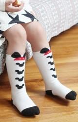 ถุงเท้าเด็กสีครีมลายหน้ามิกกี้แบบยาว มีกันลื่น จาก Kids Socks