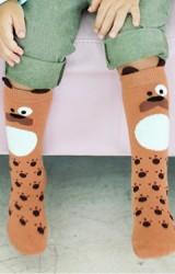ถุงเท้าเด็กสีน้ำตาลลายเจ้าตูบแบบยาว มีกันลื่น จาก Kids Socks