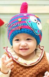 หมวกถักลายขวางมีหางเล็กๆ ชูด้านบน พร้อมแต่งกบเคโระ