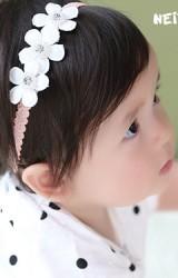 สายคาดผมดอกไม้เรียง 3 ดอกแต่งเกสรมุก Angel Neitiri