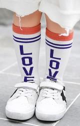 ถุงเท้าเด็กแบบขอบลายขวาง อักษร LOVE