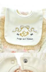 ผ้ากันเปื้อนเด็กสีครีมปักลายโบว์และอักษร hugs and kisses