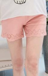 กางเกงขาสั้นผ้ามีลายนูนในตัว ด้านหน้าปลายขาฉลุลายดอก