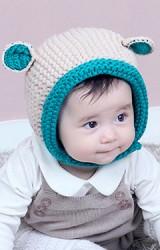 หมวกไหมพรมแต่งหูเล็กๆ ตัดขอบและหูสีเข้ม มีสายคาดกระดุมใต้คาง