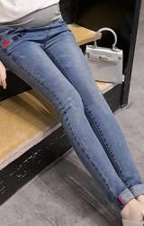 กางเกงยีนส์คลุมท้อง กระเป๋าหน้าปักรูปปากแดงและอักษร MNXH