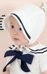 หมวกผูกคางเด็กสีขาวปีกหมวกคาดสีน้ำเงินเข้ม