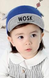 หมวกแก๊ปเด็กแต่งหู ใต้ปีกหมวกสกรีนหน้าหมีและอักษร WOSK