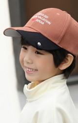 หมวกแก๊ปเด็กปีกหมวกสลับสี ด้านหน้าปักอักษร จาก KUKUJI