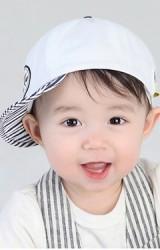 หมวกแก๊ปสีขาวแต่งปีกลายทาง จาก MiLKY FRiENDS