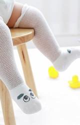 ถุงเท้าเด็กแบบยาว ลายตาโตแต่งหูเล็กๆ