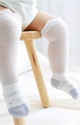 ถุงเท้าเด็กแบบยาว ลายหมีสีฟ้าอมเทา