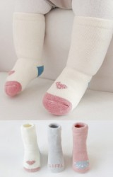 ถุงเท้าเด็กแบบหนาแพ็ค 3 คู่ 3 สี ลายหัวใจ GIRL แมว มีกันลื่น