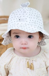 หมวก Bucket ลายจุดขอบโค้ง ด้านบนแต่งหัวใจ LOVE จาก tutuya