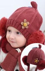 หมวกไหมพรมด้านหน้าแต่งดอกไม้ ด้านข้างแต่งปอมปอม มีสายผูกคาง (เฉพาะหมวก)