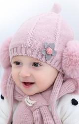 เซ็ตหมวกไหมพรมด้านหน้าแต่งดอกไม้ ข้างแต่งปอมปอมมาพร้อมผ้าพันคอขนฟูนุ่ม