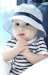 หมวกเด็กเนื้อผ้าฝ้ายลายทาง แต่งผ้าคาดสีเข้ม มีสายผูกใต้คาง