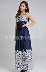 Maxi Dress เดรสคลุมท้องตัวยาวสีน้ำเงิน เด่นที่ช่วงบนและชายกระโปรงลายกุหลาบ